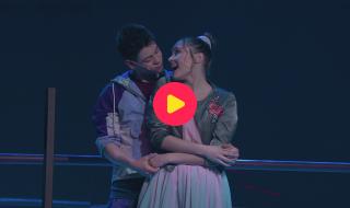 Laat je meevoeren door de liefde van Anja en Liam, en zing mee met de klassieker 'Bouw een Brug'.