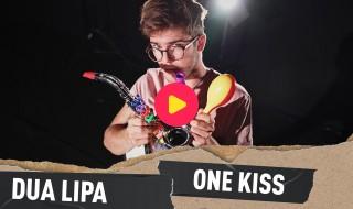 Thomas speelt One Kiss