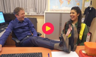 Sarah gaat op sokken-inspectie op Wereld Downsyndroomdag