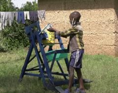 Karrewiet: Stephen (9) bedenkt superslimme handwas-machine