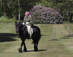 Karrewiet: Queen Elisabeth voor het eerst weer buiten gezien