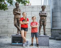 Karrewiet: Simon en Julie krijgen een standbeeld!