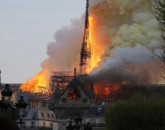 Karrewiet: Notre-Dame deels afgebrand