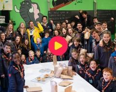 Wrap: Sander helpt wafels inpakken voor de MS-liga