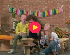 Ketnet Musical TROEP!: De cast zingt 'Weg troep!' met een mond vol koekjes