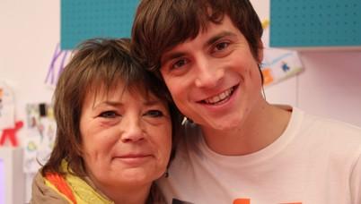 Niels wrapt met zijn mama