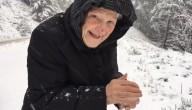 101-jarige speelt in de sneeuw