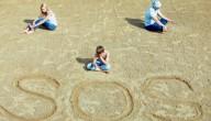 SOS op het strand geschreven
