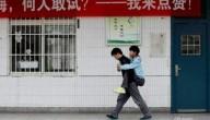 Jongen draagt vriend op zijn rug naar school