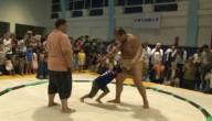 Kinderen vechten met sumo-worstelaar