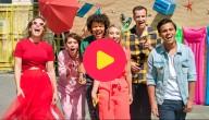 De KetnetBand in hun nieuwe videoclip van 'Zomer Op Z'n Kop'