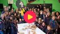 Sander helpt wafels inpakken voor de MS-liga