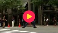 Een dansende agent steelt de show op straat.
