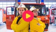 Sander en Thomas poseren stoer voor de Ketnet Brandt Weer wagen