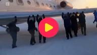 Passagiers duwen vliegtuig
