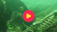 Skeletten op bodem rivier