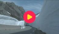 skiër springt over auto