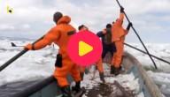 reddingswerkers ploeteren door het ijs