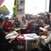 Op de redactievergadering legt iedereen zijn ideeën voor.