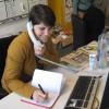 De researchers werken de ideeën uit. Ze bellen om informatie te krijgen en maken afspraken.