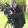 Eens ter plekke stelt de cameraman zich op en zoekt hij het perfecte beeld.