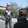 Nu is het tijd voor het interview. De reporter legt de kinderen uit wat de bedoeling is en stelt ze op hun gemak.