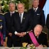 Daarna tekent hij de akte van abdicatie. Hij doet afstand van de troon.