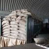 Als de bonen allemaal droog zijn, worden ze gesorteerd en in grote witte zakken gestopt.