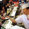 De tonijn wordt opgediend in een sushirestaurant