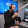 <p>Brahim, presentator bij MNM, toonde de stippen ook al.</p>