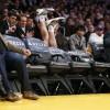 Tijdens een basketbalwedstijd komt Steve Blake bij het publiek terecht!
