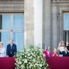 De hele koninklijke familie komt het volk even groeten.