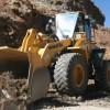 Aangekomen in Bolivia. Een enorme graafmachine komt het terrein onderaan de rotsen puinvrij maken.