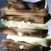 In de fabrieken worden de cacaobonen verwerkt tot chocolade in al zijn vormen. En zo belandt de chocolade in de winkel.