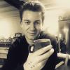 <p>Mode-specialist Jani Kazaltzis drinkt zijn koffie het liefst met gestipte hand.</p>
