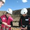 De volgende dag starten de lessen. Hier leren onze vrijwilligers enkele klimknopen aan.