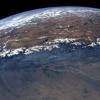 Vanuit de ruimte ziet de aarde er erg rustig uit.