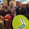 Het gezin van Tanne op de foto met nieuwslezers Wim De Vilder en Jan Becaus