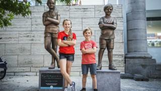 Simon en Julie krijgen een standbeeld!