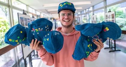 Thomas met superveel petten van BV's!