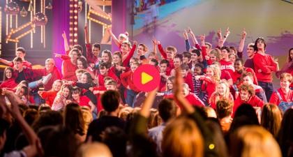 Wat een gigantisch feest! Alle generaties Ketnet Musical zijn samengekomen om een spetterende All Stars Mega Mix te brengen!