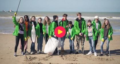 De cast van Ketnet Musical TROEP! ruimt het strand op!