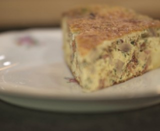 Dikke omelet met spekjes, champignons en kaas