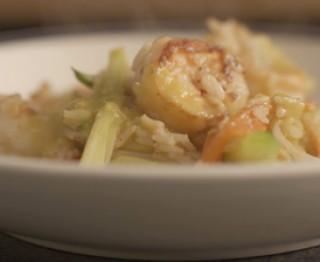 Scampi met currysaus, gewokte groenten en rijst