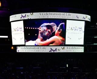 Emotionele herdenking voor Kobe Bryant en zijn dochter