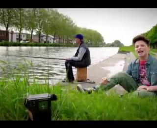 Bekijk de videoclip van Pieters liedje Op de radio!